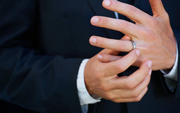"""Chồng thường xuyên """"để quên"""" nhẫn cưới ở nhà mỗi khi đi công tác"""