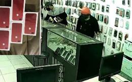 Trộm đu dây vào siêu thị trộm iphone 7, bảo vệ nằm im giả vờ ngủ