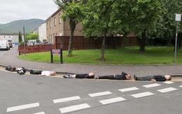 Trường tiểu học cho học sinh giả chết trên đường gây tranh cãi