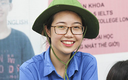 Nụ cười thiếu nữ tình nguyện xua tan nắng nóng mùa thi
