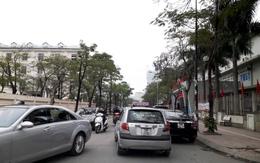 Hà Nội: Ùn tắc nghiêm trọng tại Cầu Giấy do đỗ xe tràn lan giữa lòng đường