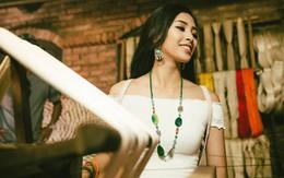 Ngồi bên khung cửi, Hoa hậu Tiểu Vy hút hồn khán giả bởi vẻ đẹp căng tràn sức sống