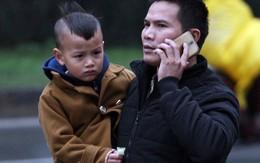 Trẻ nhỏ nhăn nhó đội mưa cùng cha mẹ đổ ra bến xe về quê nghỉ Tết Dương lịch