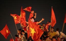 """Việt Nam vào chung kết, """"biển người"""" khắp cả nước xuống đường ăn mừng"""