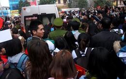 Hàng nghìn người hâm mộ Hải Dương vây kín xe chở 4 cầu thủ U23 Việt Nam