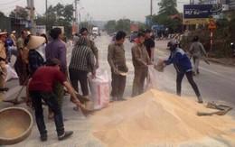 Quảng Ninh: CSGT thu gom ngô giúp tài xế container bị lật xe