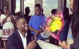 Quỳ gối cầu hôn bạn gái xinh đẹp nhưng chàng trai vẫn bị chê trách vì...