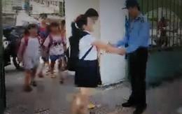 """Cảm động bác bảo vệ bắt tay, """"chào con"""" với từng học sinh mỗi sáng"""