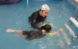 """Những """"chiêu"""" giúp trẻ thoát tâm lý sợ nước, nhanh biết bơi"""