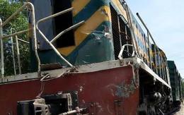 Nghệ An: Xe tải lại bị tàu hàng đâm văng