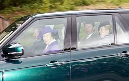 Kate ngồi cùng xe Nữ hoàng đi lễ nhà thờ trong kỳ nghỉ hè của hoàng gia