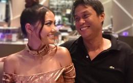 Chồng Việt kiều Mỹ soi đèn pin trước gương cho vợ chụp ảnh 'sống ảo'