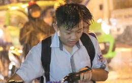 Hà Nội: Mưa to đúng giờ tan tầm, nhiều người ướt sũng trên đường về nhà