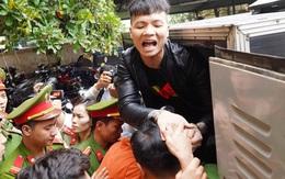 """Giới trẻ kéo đến xem và vẫy tay chào Khá """"Bảnh"""", Tướng Nguyễn Hữu Cầu nói """"cần có cuộc chấn hưng giáo dục"""""""
