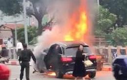 Bí ẩn người hùng thầm lặng cùng CSGT cứu người kẹt dưới gầm xe Mercedes rực lửa