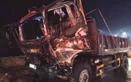 Ô tô tải bất ngờ bốc cháy khi đang đỗ ven đường
