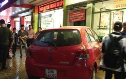 Ô tô do nữ tài xế điều khiển mất lái giữa trung tâm Hà Nội khiến nhiều người dân hoảng hốt