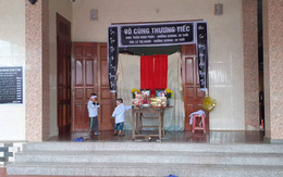 Xót xa cảnh 2 đứa trẻ hồn nhiên chơi đùa trước ban thờ bố mẹ ở Hà Tĩnh
