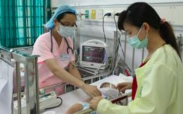 Bác sĩ Nhi vạch rõ sai lầm trầm trọng mẹ hay làm khi con bị loại bệnh dễ gặp trong thời tiết này