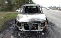 Xế hộp bốc cháy dữ dội, 3 người may mắn thoát chết