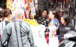 Hà Nội: Quần áo bán lỗ bán tháo trước Tết, nghìn người chen lấn nhau mua bằng được