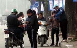 """""""Cò vé"""" bủa vây người hâm mộ trước trận U23 Việt Nam - Thái Lan"""