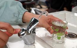 Người dân thích thú sử dụng trụ nước miễn phí uống ngay giữa đường phố Hà Nội