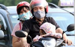 Trẻ nhỏ ngủ gục trên xe máy theo cha mẹ quay về Hà Nội sau kỳ nghỉ dài