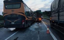 Va chạm với xe tải trên cao tốc, nhiều hành khách nhập viện cấp cứu