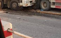 Hà Nội: Xe tải đâm nhau kinh hoàng, 2 người tử vong trong ca bin