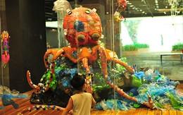 Độc đáo những tác phẩm nghệ thuật được làm từ nhựa khiến người xem sởn gai ốc về thực trạng môi trường