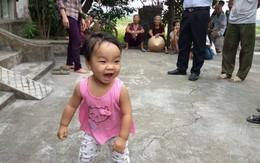 """Vụ mẹ đem con bỏ ở chùa vì """"còn đi lấy chồng"""": Nhiều người muốn nhận nuôi bé gái kháu khỉnh"""