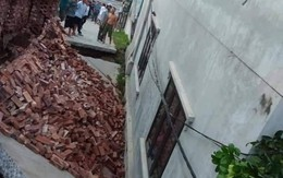 """Hà Nội: Di dời nhiều hộ dân sống sát ngôi nhà bị """"hố tử thần"""" nuốt chửng"""