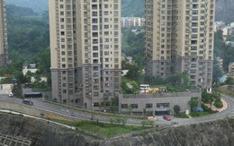 Bé trai 10 tuổi ném bình cứu hỏa từ chung cư cao tầng xuống gây tử vong 1 phụ nữ