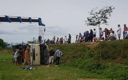 Nghệ An: Xe chở công nhân bi lật nghiêng dưới ruộng, nhiều người bị thương