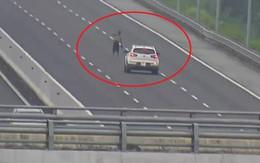 Người đàn ông cởi trần lao ra giữa cao tốc chặn đầu xe ô tô