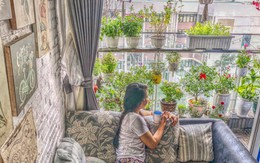 """Từ khoảng ban công trống trơn, mẹ trẻ khéo tay decor thành """"khu vườn"""" xanh ngập tràn hoa hồng ở TP. HCM"""