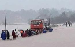 Cố băng qua dòng nước lũ, 60 nữ công nhân may mắn không bị cuốn trôi