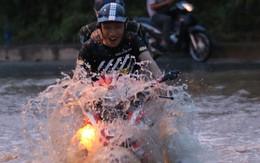 Hà Nội: Vạn người vật lộn trong 'biển nước' trước cổng Thiên đường Bảo Sơn