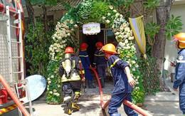 Vừa tổ chức xong lễ thành hôn để ra hàng ăn tiệc, nhà chú rể bỗng bốc cháy ngùn ngụt