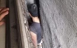 Hà Nội: Giải cứu người đàn ông mắc kẹt trong khoảng không giữa 3 ngôi nhà