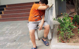 Hà Nội: Lý do thực sự khiến bé trai bị xích vào ghế đá