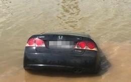 Chiếc ô tô lao thẳng xuống sông, người phụ nữ chật vật chui ra từ cửa ghế lái, may mắn thoát nạn