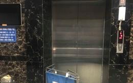 Kẹt thang máy ở chung cư Linh Đàm, người dân phải bắc ghế thoát thân