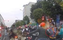 Phẫn nộ clip yêu râu xanh thò tay sàm sỡ cô gái phát tờ rơi ngay giữa đường phố Hà Nội