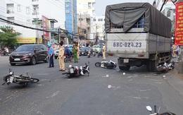 Xe tải tông 6 xe máy đang dừng đèn đỏ, 4 người cấp cứu
