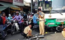 Xe buýt tông 8 xe máy dừng đèn đỏ, nhiều người bị thương nặng