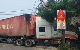 Xe container nổ lốp đâm đổ dải phân cách, lao vào đường ngược chiều, húc thẳng nhà dân