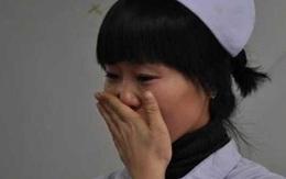 Cởi áo của sản phụ câm điếc để chuẩn bị lên bàn đẻ, bác sĩ đỏ hoe mắt vì dòng chữ: Nếu có vấn đề gì, hãy cứu lấy đứa trẻ!
