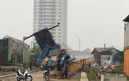 Hà Nội: Cẩu tháp phục vụ chung cư bất ngờ đổ sập